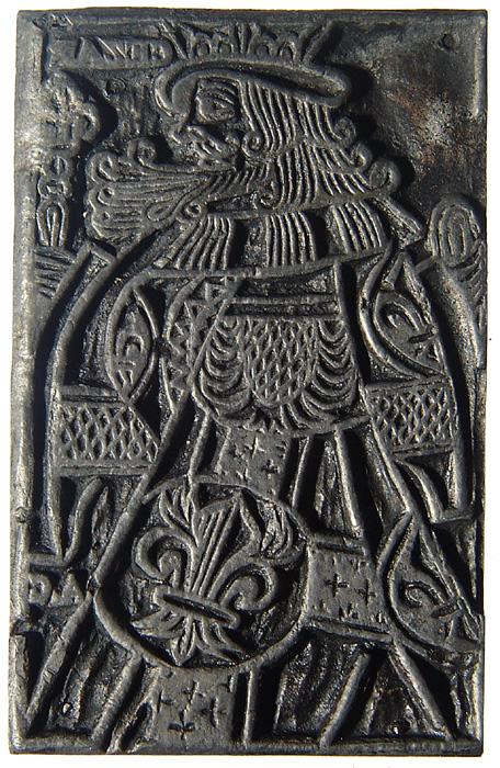 Métal fondu fixé sur du bois ayant servi à imprimer des cartes à jouer. 16e ou 17e siècle [Sup 111]. Photo Médiathèque Jacques Chirac, Troyes Champagne métropole