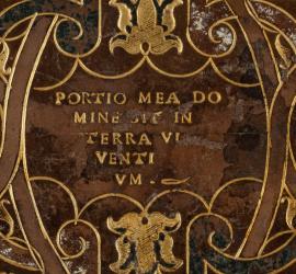 """Ovale central du plat inférieur de la reliure du """"Livre du courtisan"""" possédé par Grolier. La devise de Grolier y est inscrite au fer à dorer. 1528 [Q.3.523]. Photo Médiathèque Jacques-Chirac, Troyes Champagne métropole"""
